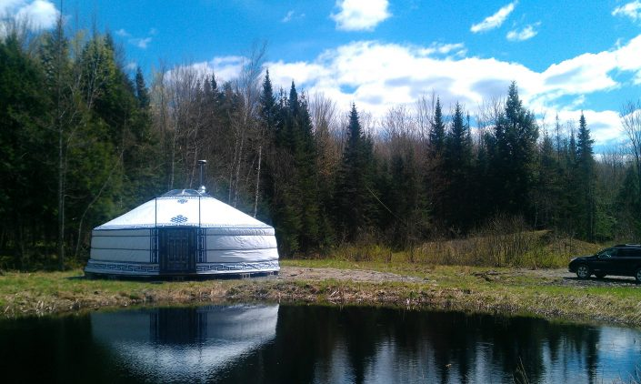 7-wall yurt in Quebec on a riverside